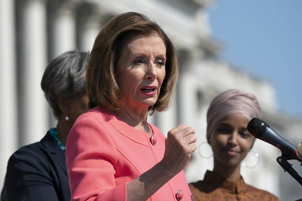 La presidenta de la Cámara de Representantes, Nancy Pelosi, demócrata por California y el Gru ...