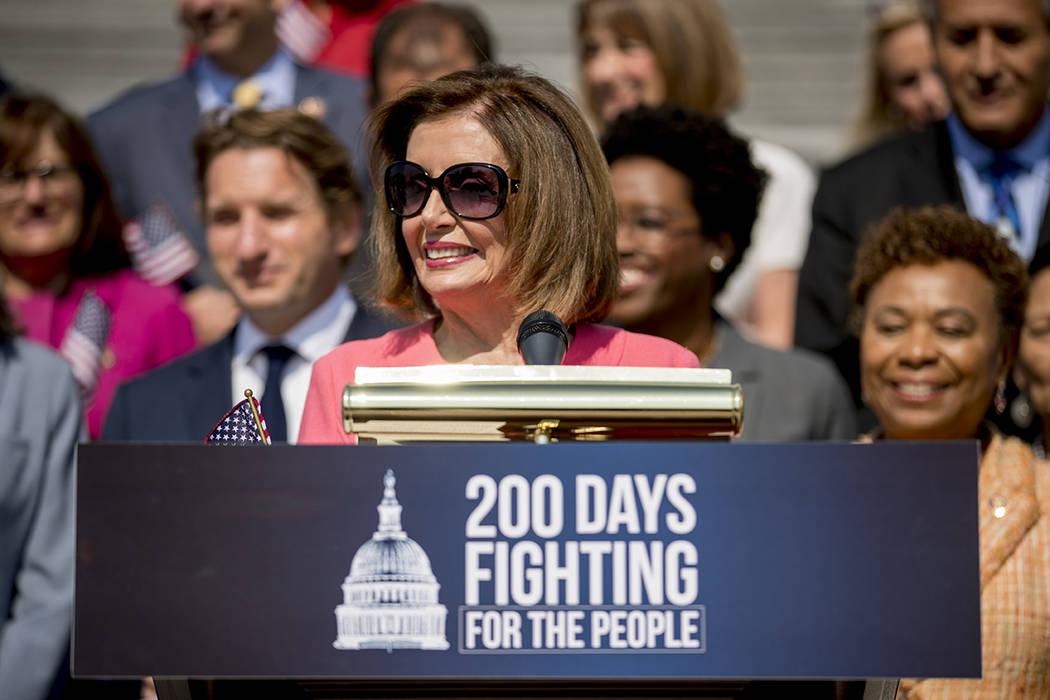 La presidenta de la Cámara de Representantes, Nancy Pelosi, de California, y la Cámara de Rep ...