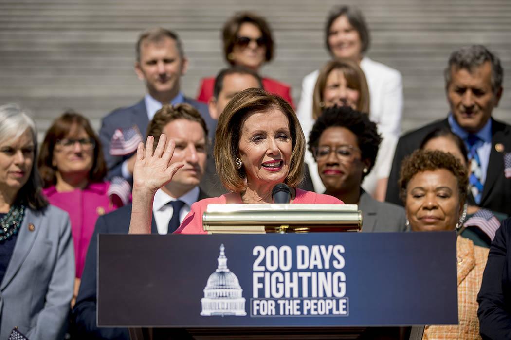 La presidenta de la Cámara de Representantes, Nancy Pelosi de California y los demócratas de ...