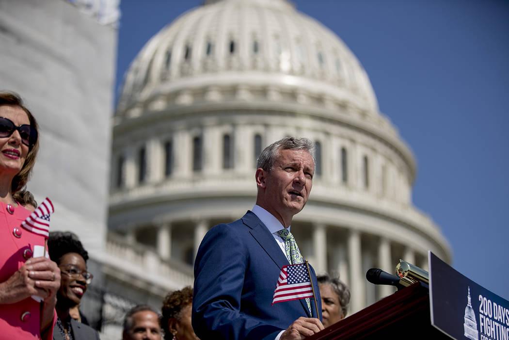 El representante Matt Cartwright, demócrata por Pensilvania, a la derecha, acompañado por la ...