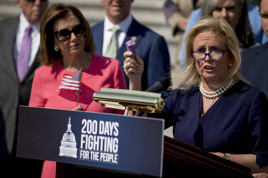 La representante Debbie Dingell, demócrata por Michigan, derecha, acompañada por la president ...