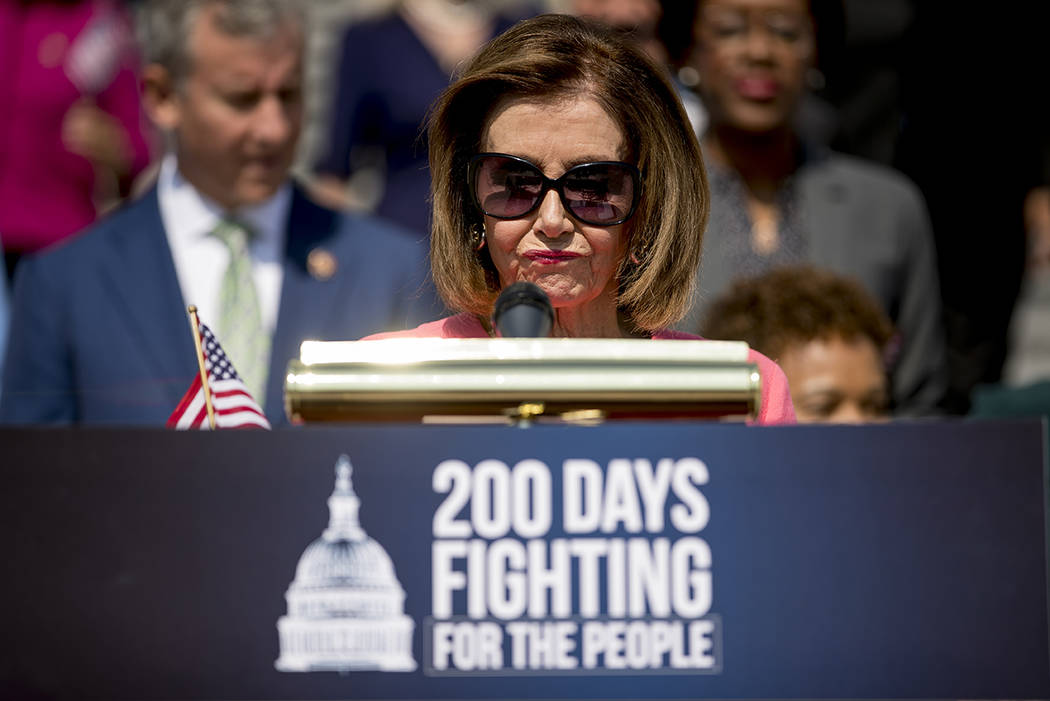 La presidenta de la Cámara de Representantes Nancy Pelosi de California y los demócratas de l ...
