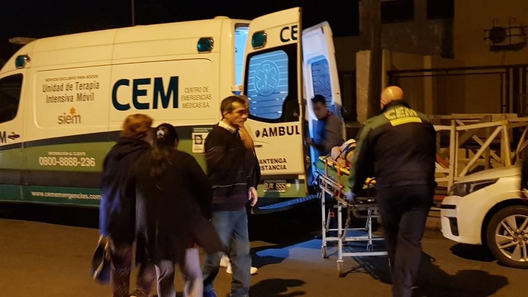 El boxeador argentino Hugo Santillán es colocado en una camilla después de colapsar al final ...