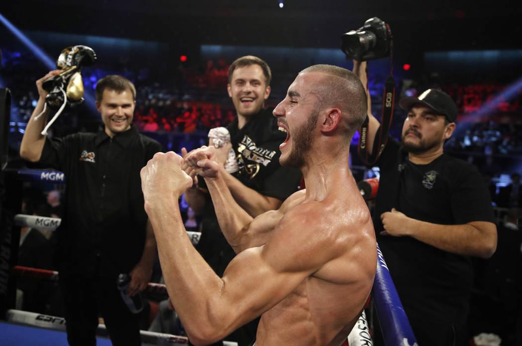 Maxim Dadashev celebra después de derrotar a Antonio DeMarco durante una pelea de peso welter ...