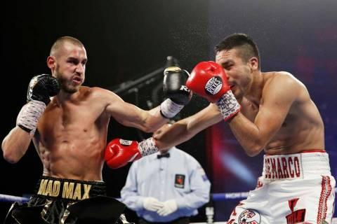 Maxim Dadashev de Rusia, izquierda, golpea a Antonio DeMarco de México durante una pelea de pe ...