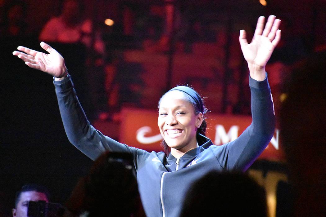A'ja Wilson saluda a los aficionados en el Juego de Estrellas de la WNBA. Sábado 27 de julio e ...
