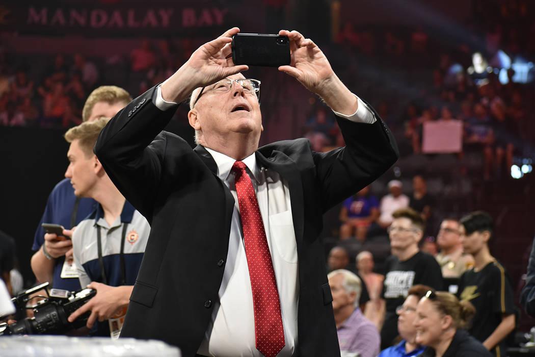 El entrenador del Equipo Delle Donne, Mike Thibault (Washington Mystics), toma una fotografía ...