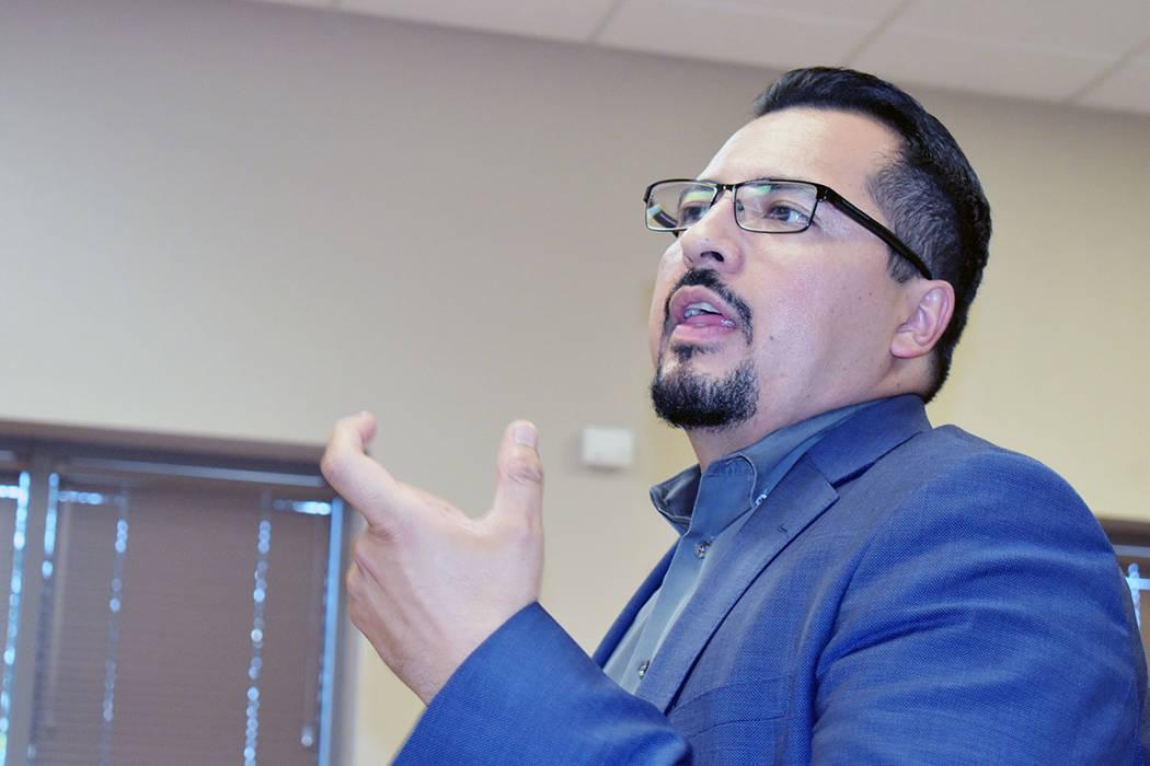 El asambleísta por el Distrito 28, Edgar Flores, estuvo presente en la entrega de becas a estu ...
