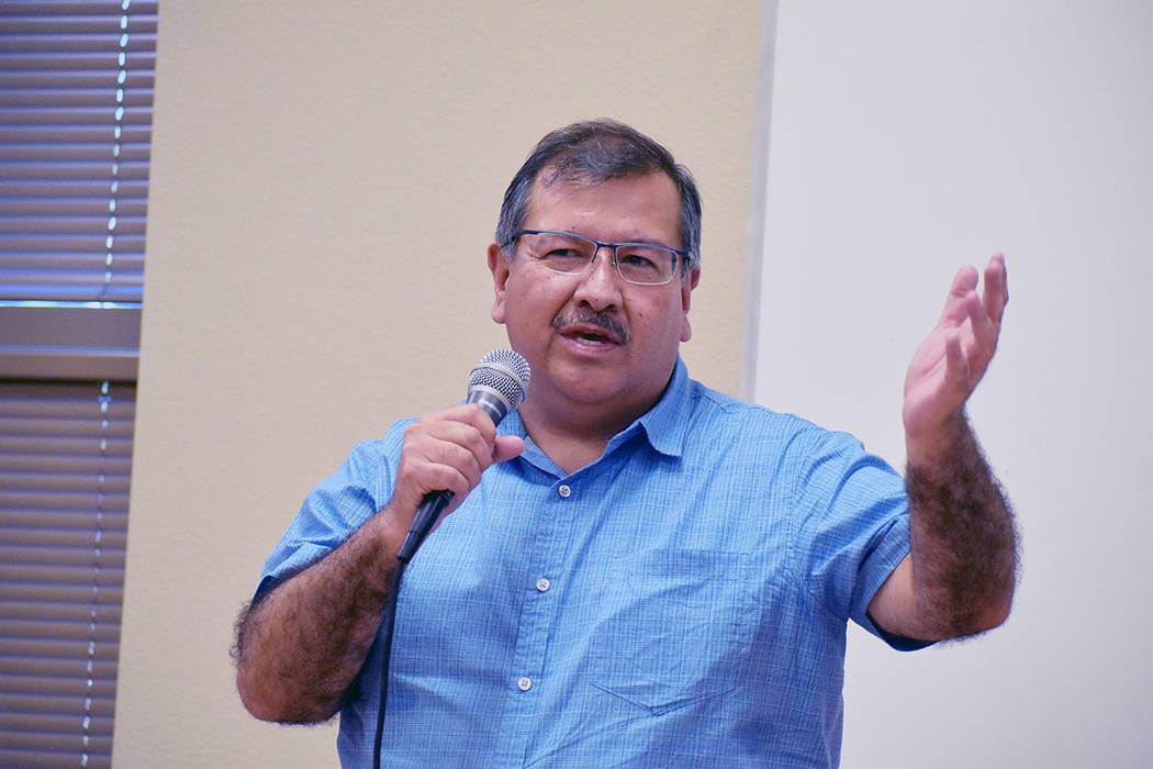 El cónsul de comunidades Jorge Elizondo, estuvo presente en la entrega de becas a estudiantes. ...