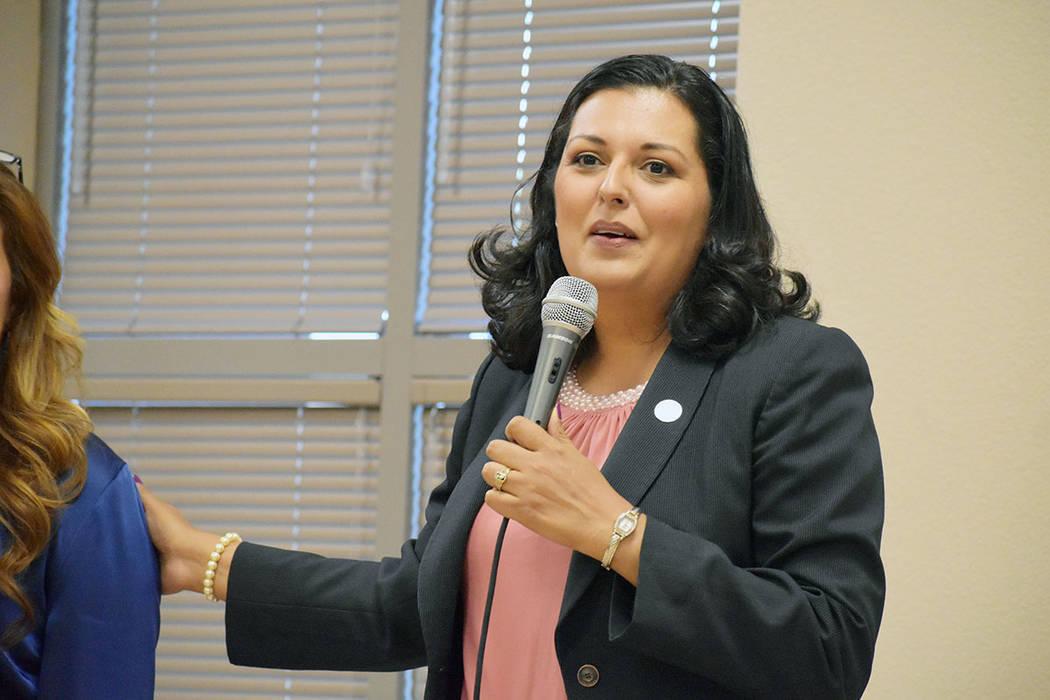 La concejal por el Distrito 3, Olivia Díaz, estuvo presente en la entrega de becas a estudiant ...