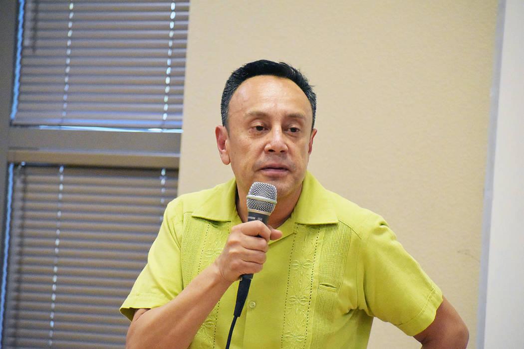 Jeremías Guzmán, cónsul adscrito de México en Las Vegas, presente en la entrega de becas a ...