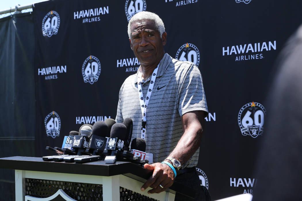 El ex esquinero de los Raiders, Mike Haynes, se reúne con los medios de comunicación durante ...