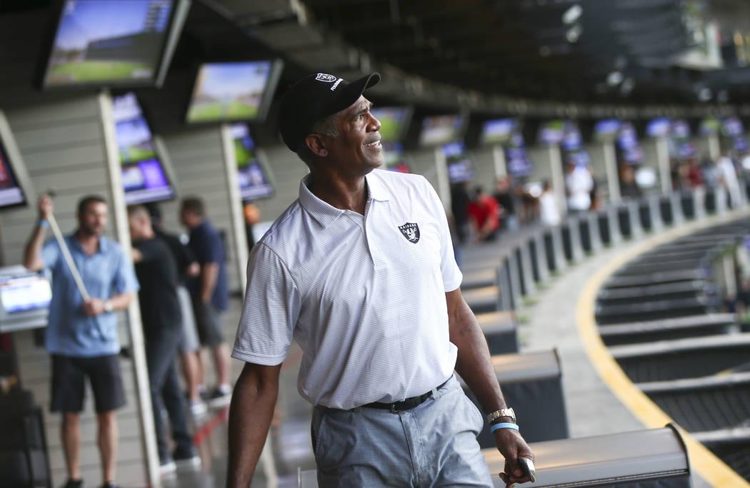 """El ex esquinero de los Oakland Raiders, Mike Haynes, mira su disparo durante el evento """"Celebri ..."""
