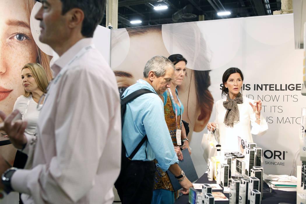 Las personas preguntan sobre los productos Priori Skincare en Cosmoprof North America en el Man ...