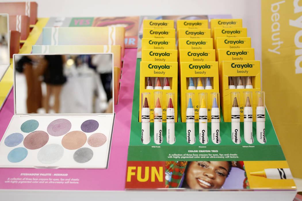 Crayola Beauty muestra sus vibrantes crayones faciales, crayones para labios y mejillas y difer ...
