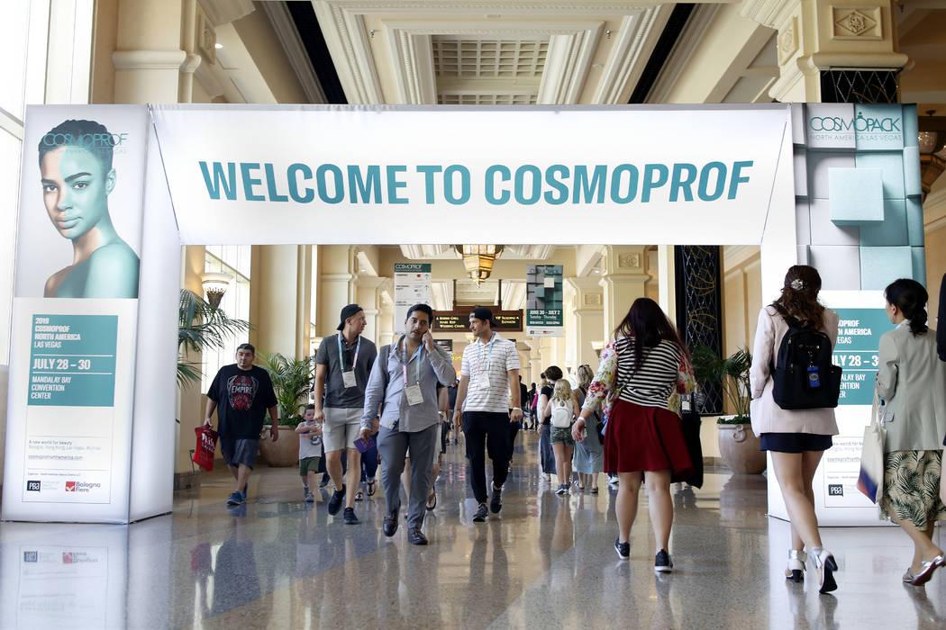 Los vendedores y minoristas de Cosmoprof North America van y vienen de la convención en el Man ...