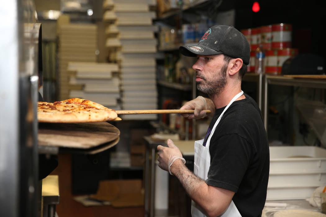 Will Stander prepara una pizza de saltamontes en Evel Pie en Las Vegas, martes 30 de julio de 2 ...