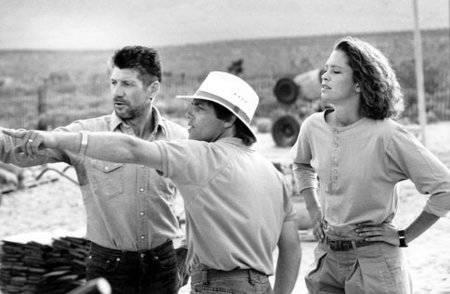 Ron Underwood dirige a Fred Ward, a la izquierda, y a Finn Carter en el set de la película de ...