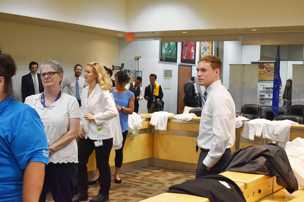 En Touro University College of Osteopathic Medicine, preparan a los estudiantes para que se con ...