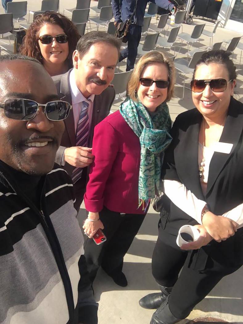 """El fallecido legislador se tomó una """"selfie"""" flanqueado por Patty Charlton, vice president ..."""