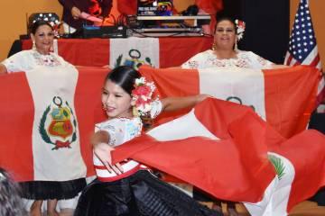 Nicolle del Milagro Gutiérrez, hija de Zulda Linares Vilchez, entre los participantes de la ce ...