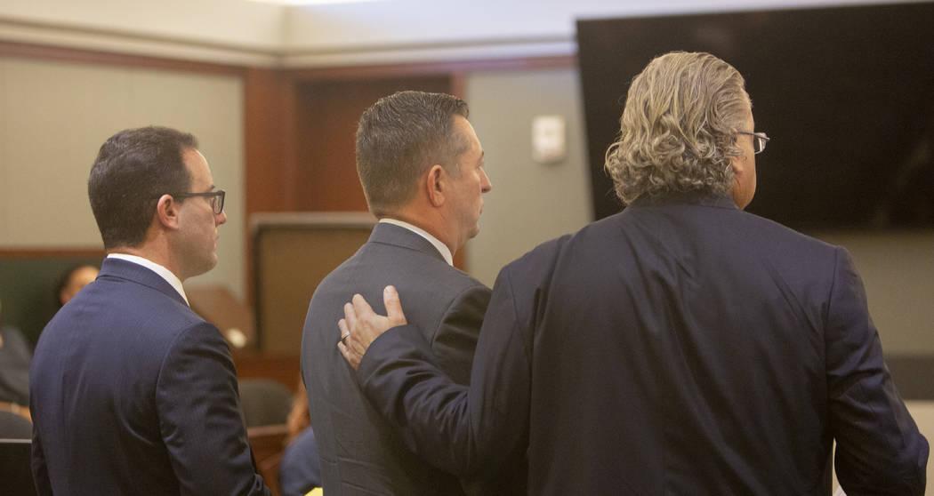 Scott Gragson, centro, durante su audiencia con sus abogados Richard Schonfeld, a la izquierda, ...