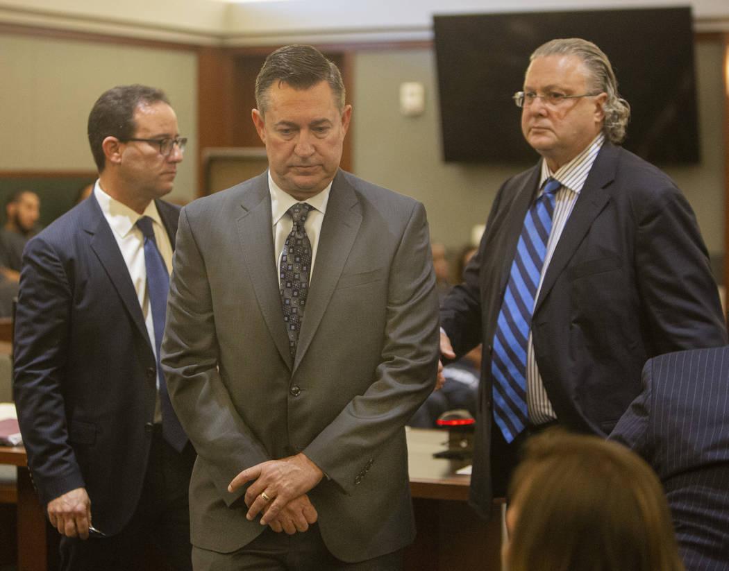 Scott Gragson, centro, sale de la corte después de su audiencia con sus abogados Richard Schon ...