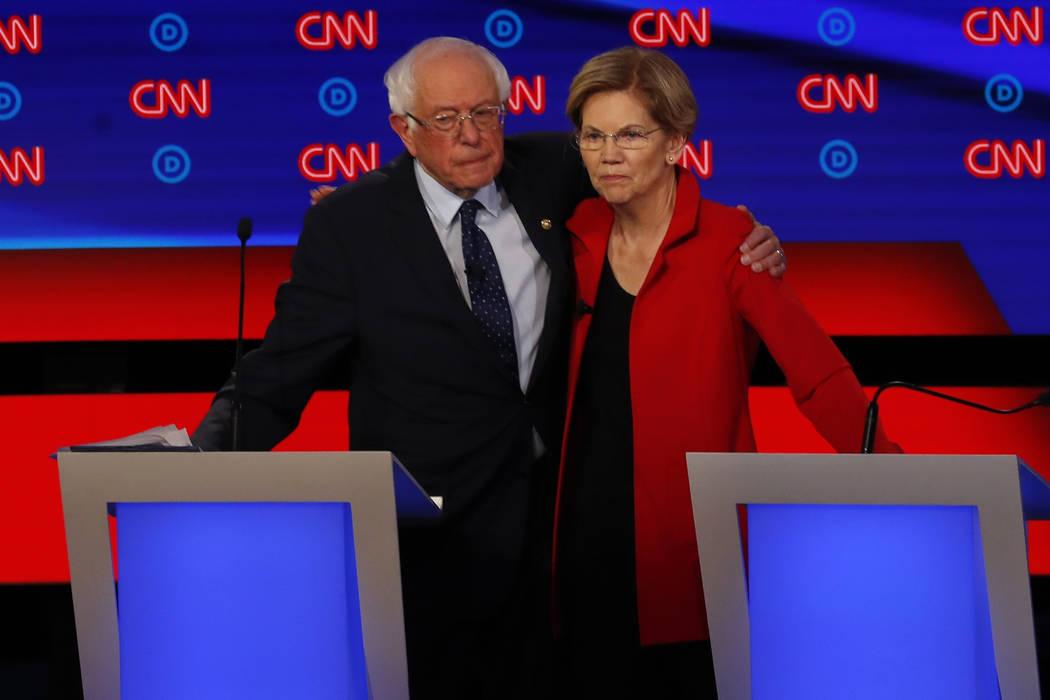 El senador Bernie Sanders y la senadora Elizabeth Warren, se abrazan después del primero de lo ...