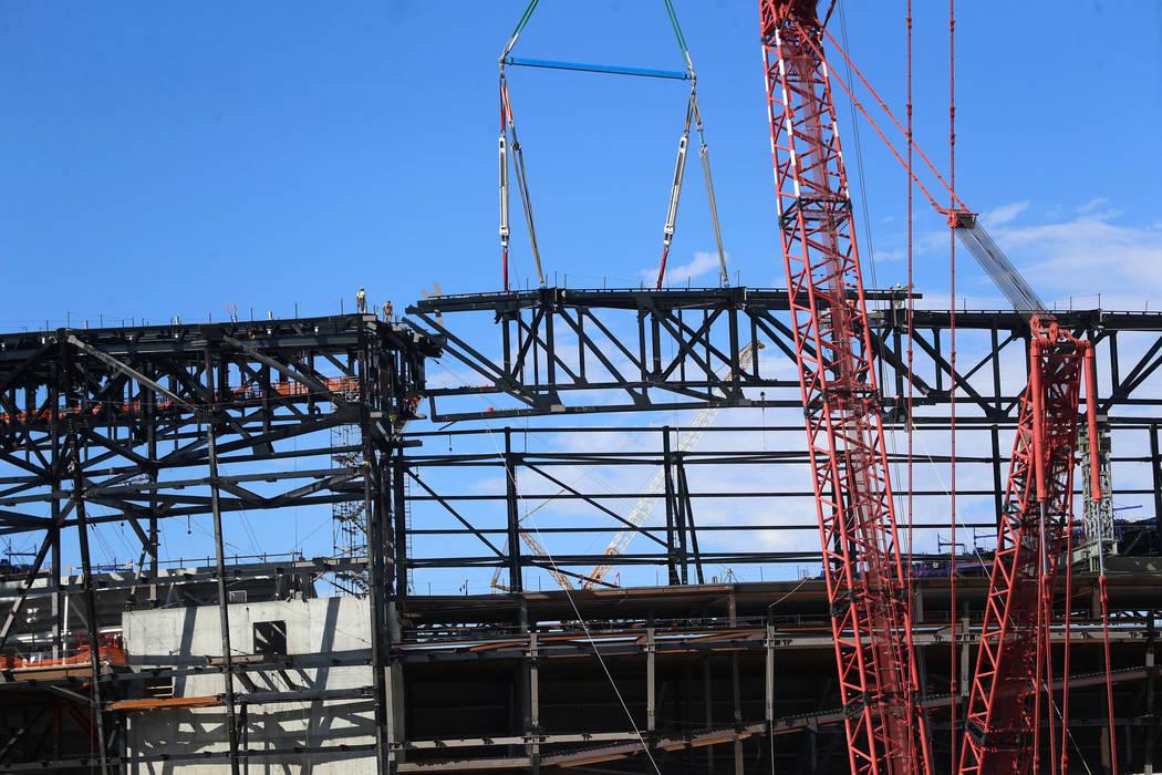 El último truss de dosel de acero se levanta en el sitio de construcción del estadio Raiders ...