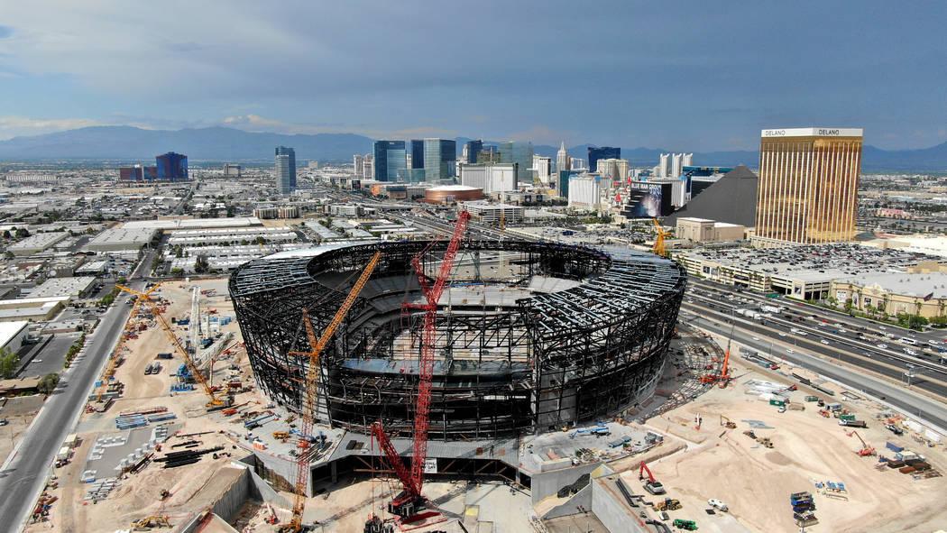 Vista aérea del estadio de los Raiders de Las Vegas en construcción el jueves, 25 de julio de ...
