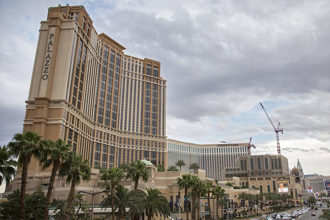 Los autos pasan por el Palazzo en el Strip el jueves, 9 de mayo de 2019 en Las Vegas. (Benjamin ...