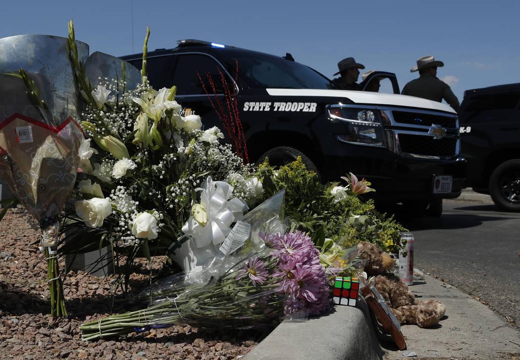 Las flores adornan un memorial improvisado cerca de la escena de un tiroteo masivo en un comple ...
