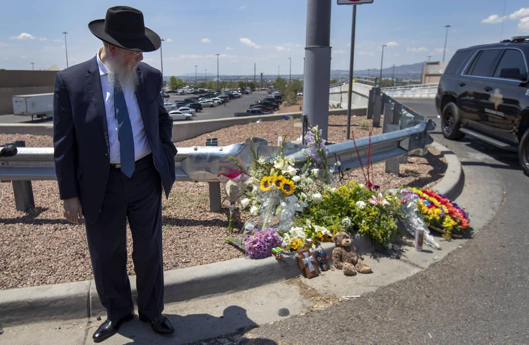El rabino Yisrael Greenberg mira un monumento improvisado mientras rinde homenaje a las víctim ...