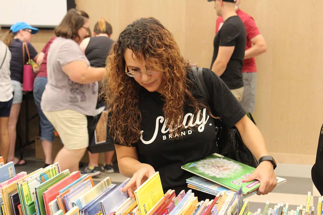 La maestra Karina Alvarado, gastó $9 dólares en libros. Sábado 3 de agosto de 2019 en la bib ...