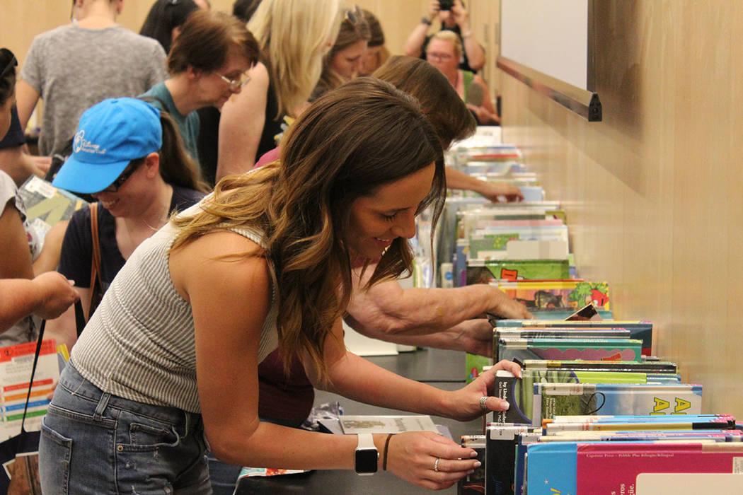Son miles de dólares que se ahorran los maestros ya que cada libro puede costar hasta $10 dól ...