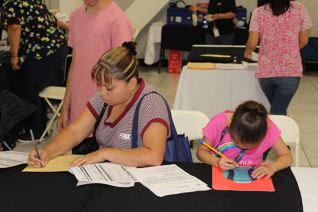 Los padres pudieron obtener el expediente de vacunas para poder inscribir a los niños a la esc ...