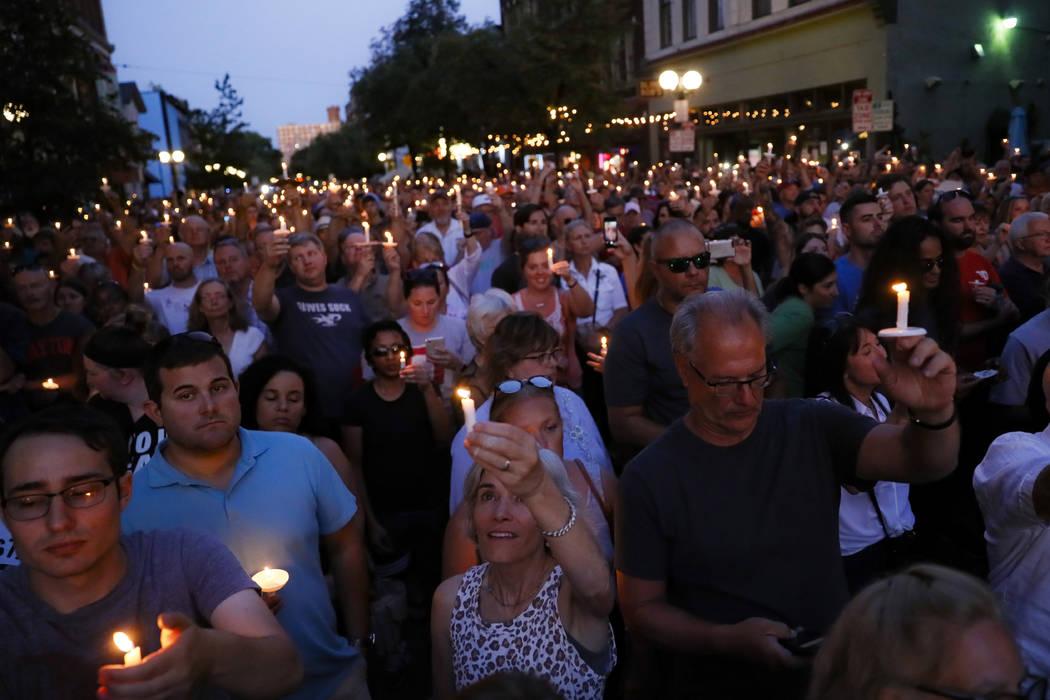 Los dolientes se reúnen para un velorio en la escena de un tiroteo masivo el domingo, 4 de ago ...