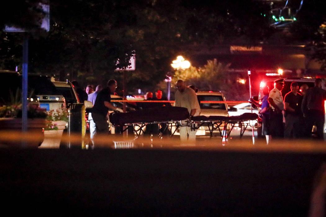 Los cuerpos son retirados de la escena de un tiroteo masivo el domingo, 4 de agosto de 2019 en ...