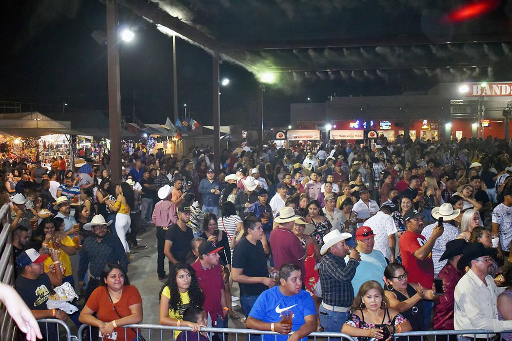 La gente bailó hasta el cansancio durante la exitosa presentación de Dareyes de la Sierra y L ...