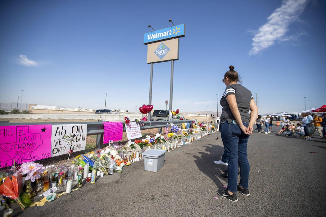 El Paso, Texas, 5 Ago 2019 (Notimex-Xinhua/Wang Ying).- Una Mujer Observa el memorial colocado ...
