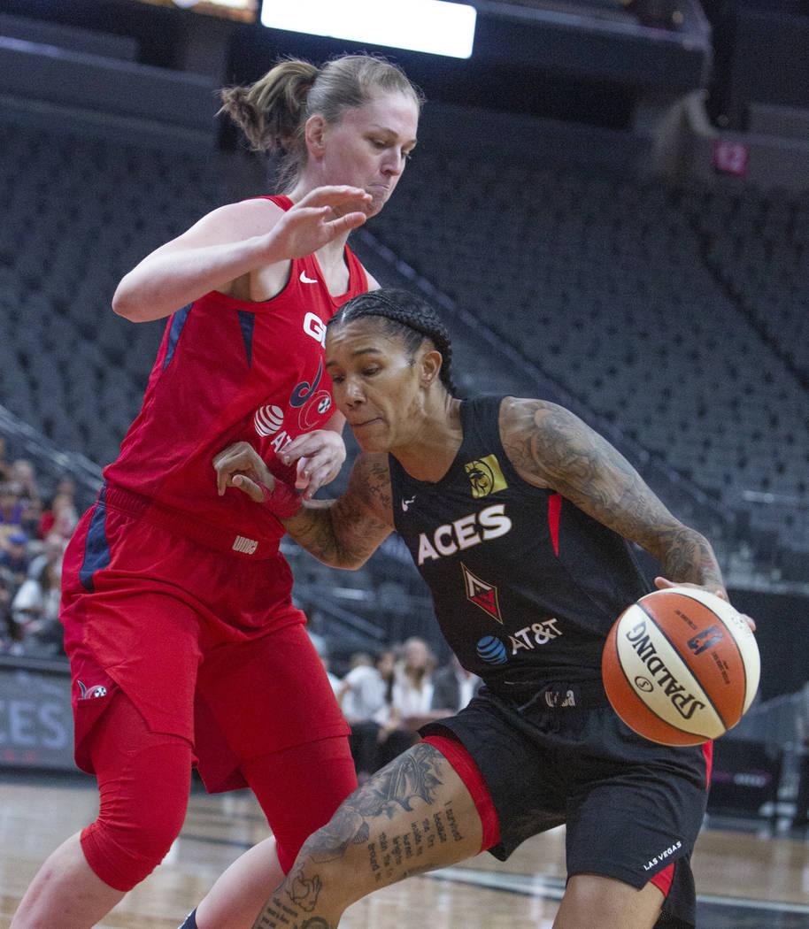 El escolta de las Aces de Las Vegas, Tamera Young (1), da un paso atrás para anotar dos puntos ...