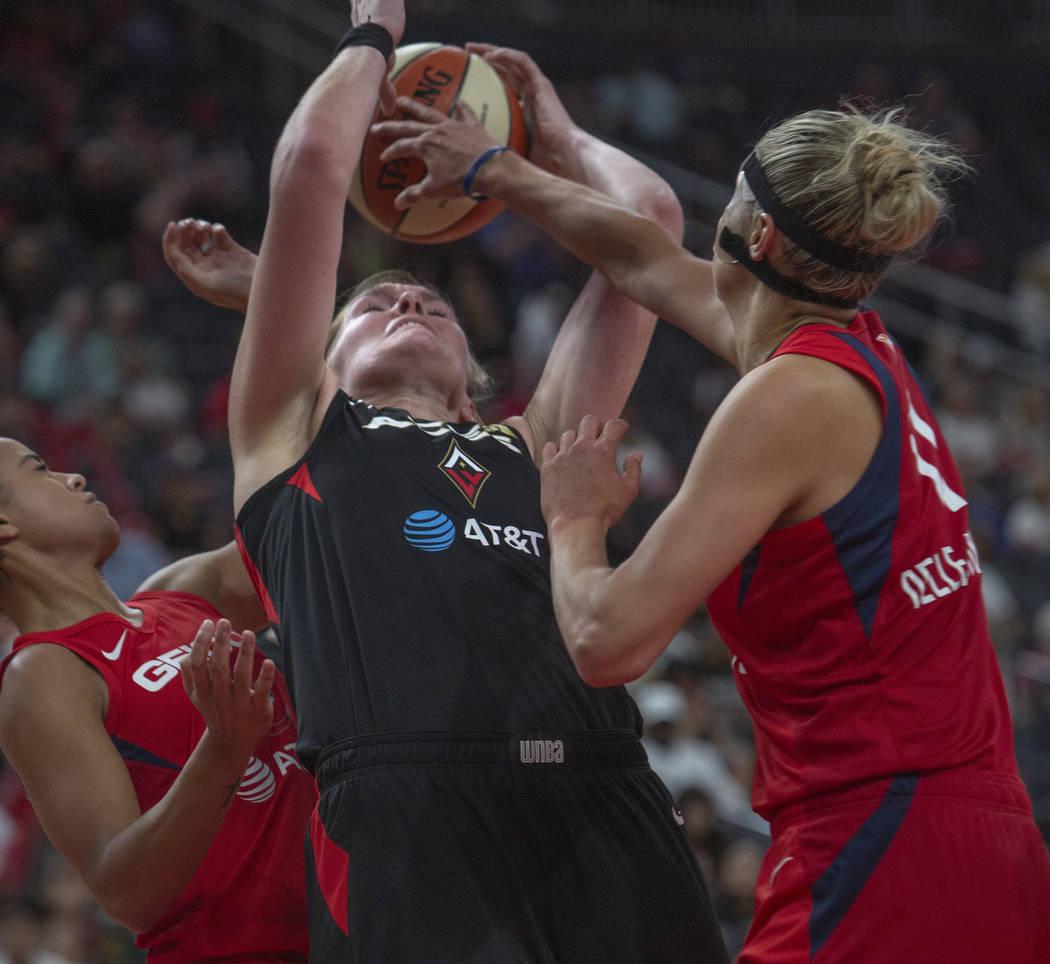 Carolyn Swords (4), centro de Las Vegas Aces, intenta agarrar el balón de un rebote contra la ...