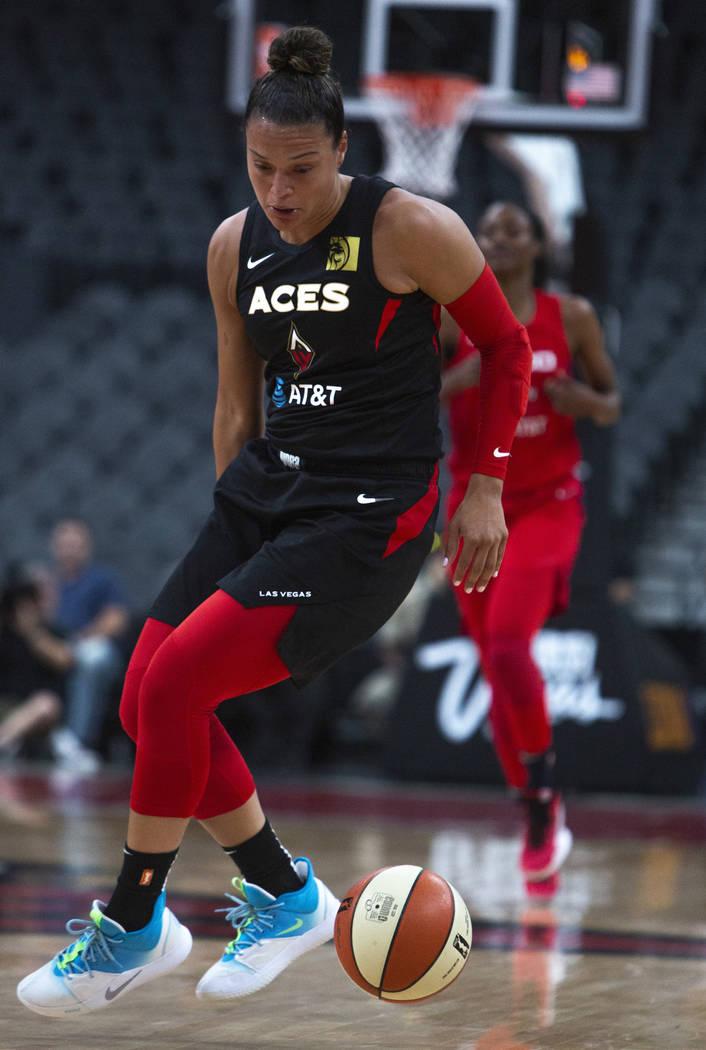 La escolta de Las Vegas Aces, Kayla McBride (21), hace un crossover contra las jugadoras de Was ...