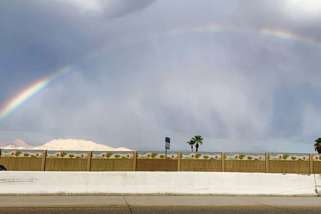 Un arcoíris visto desde la autopista US 95 en Henderson el martes, 6 de agosto de 2019 (Mat Lu ...