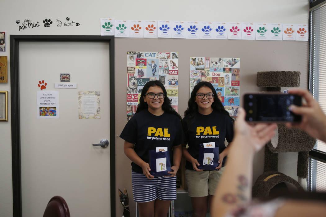 Anaisa, a la izquierda, y Malena Maestas, de 13 años, se toman una foto durante la apertura de ...
