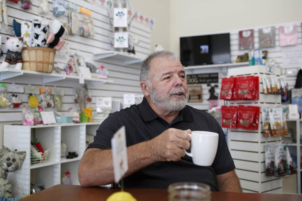El voluntario Carl Fruge, toma una taza de té en el Rescued Treasures Cat Cafe el martes, 6 de ...