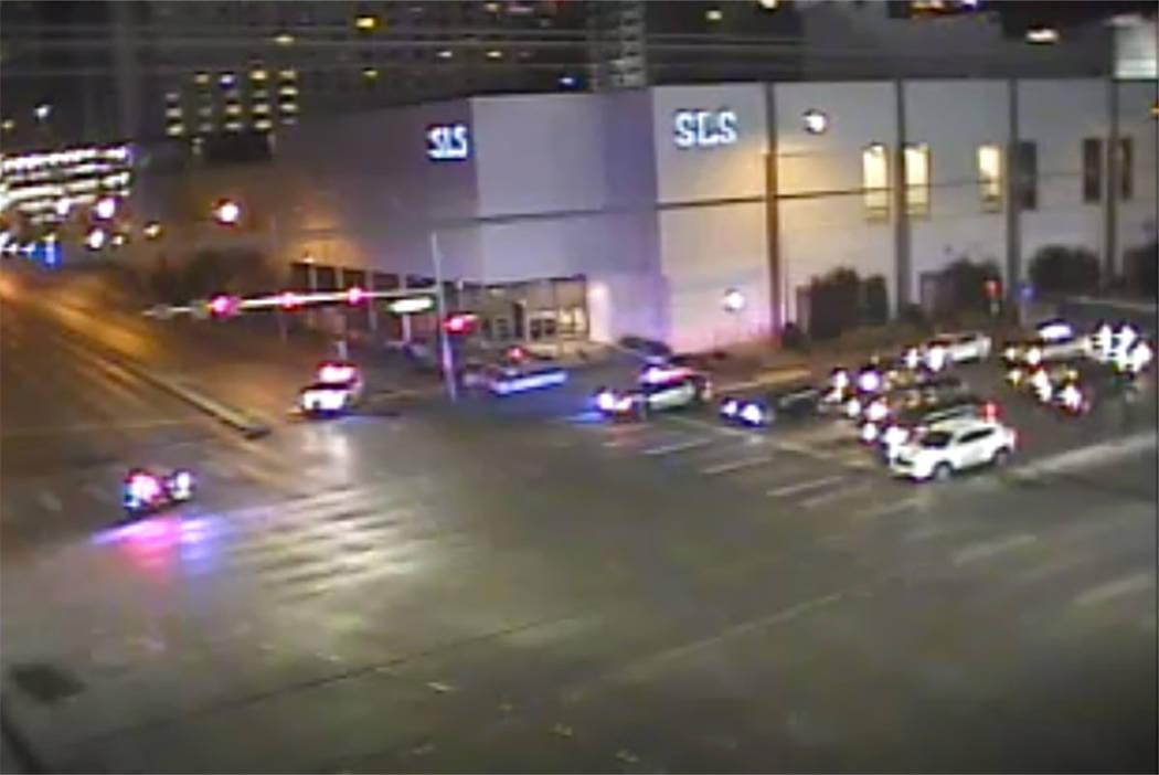 Los oficiales de policía de Las Vegas responden después de un tiroteo con agentes involucrado ...