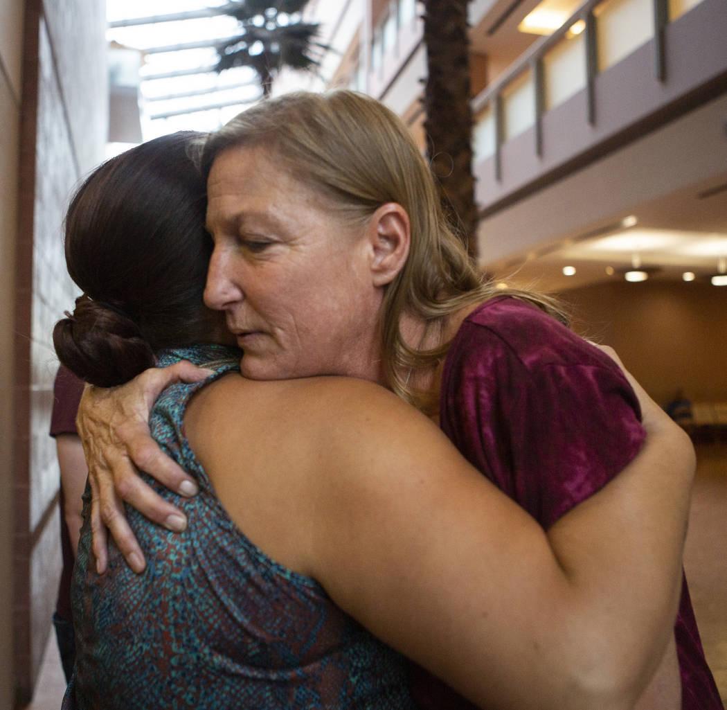 Jamie Minkler, a la derecha, abraza a Misty Manuel en el Centro de Justicia Regional el miérco ...
