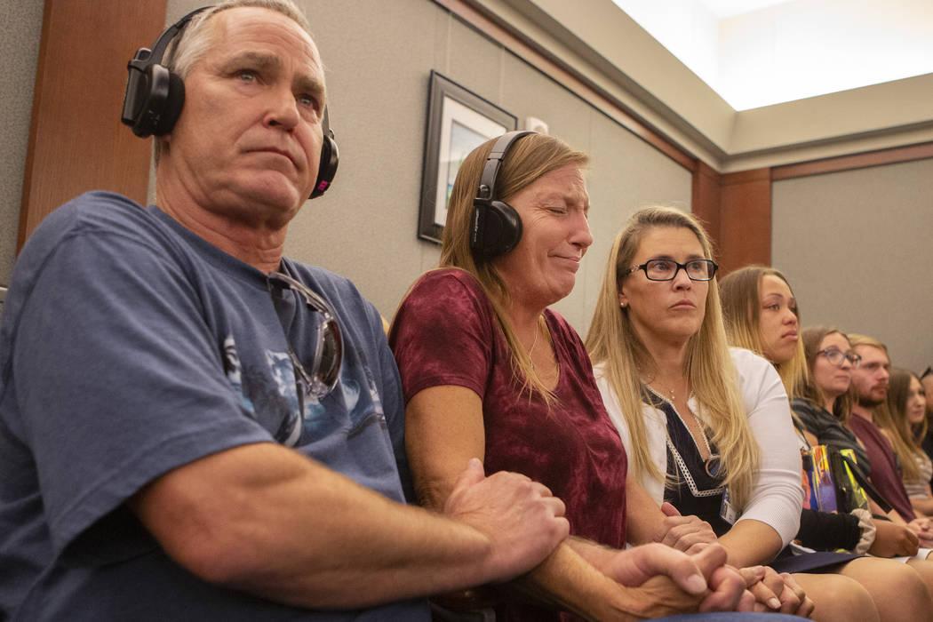 Los padres Steve y Jamie Minkler son consolados por la defensora de víctimas Sara Owen mientra ...