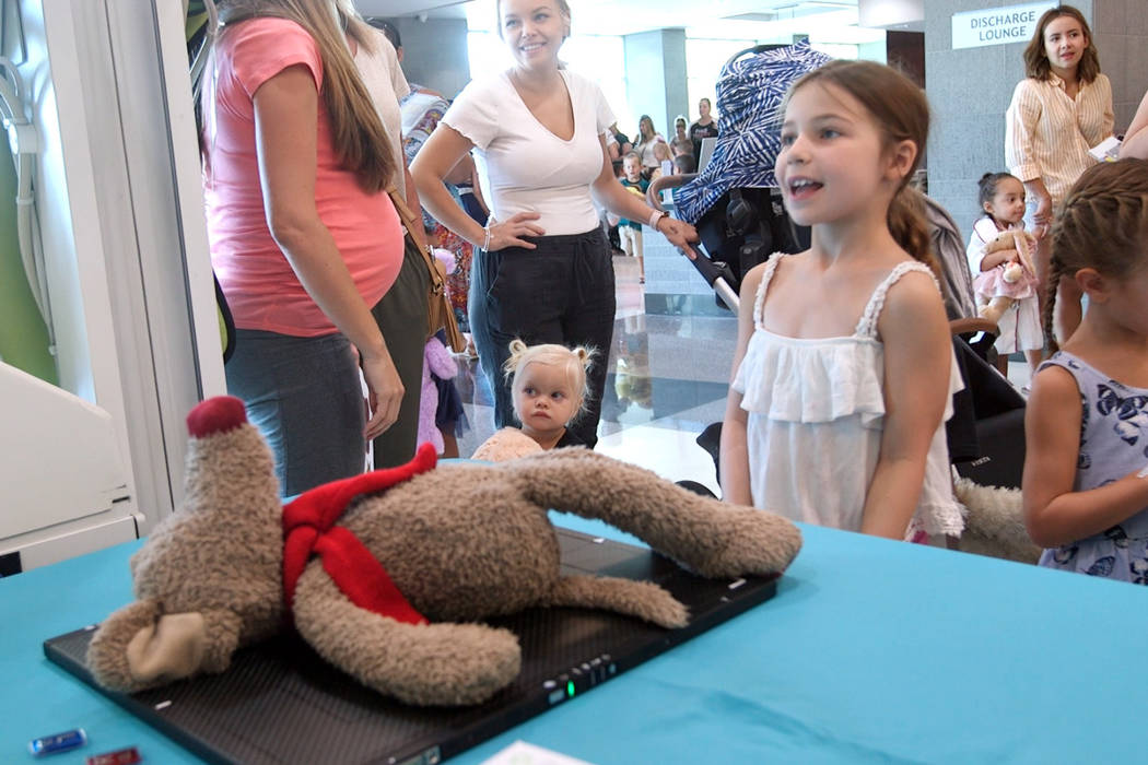 El Hospital Centennial Hills en Las Vegas organizó su undécima Clínica Anual de Osos de Pelu ...